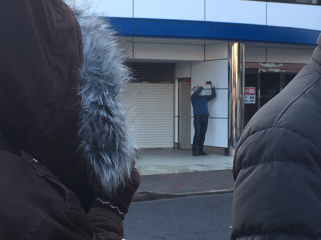 ブルーボトルコーヒーのオープン前に店の写真を撮るジェームス・フリーマン